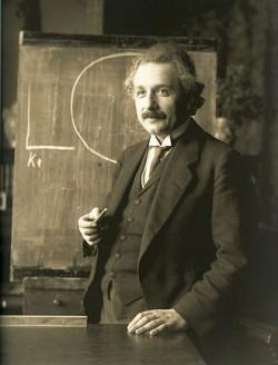 아인슈타인은 중력파를 예견했지만 검출되지는 않을 것으로 봤고 블랙홀은 수학에서나 존재한다고 믿었다. 최근 물리학자들은 블랙홀 병합시 발생하는 중력파를 검출하는데 성공했다. 1921년 42세 때의 아인슈타인의 모습. - 위키피디아 제공